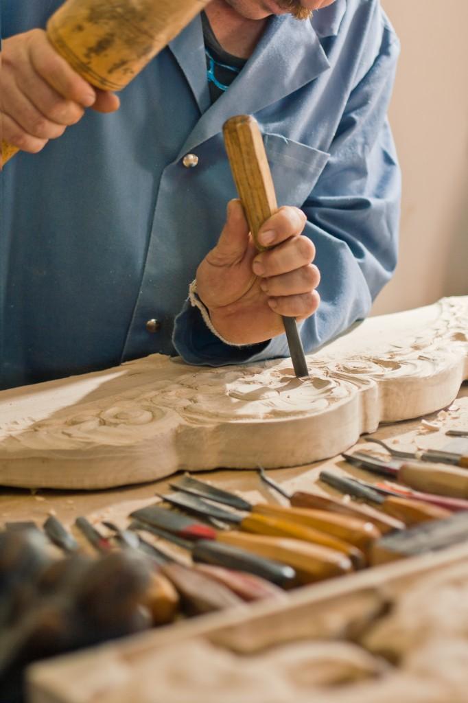 sculptor sculpeaza in lemn